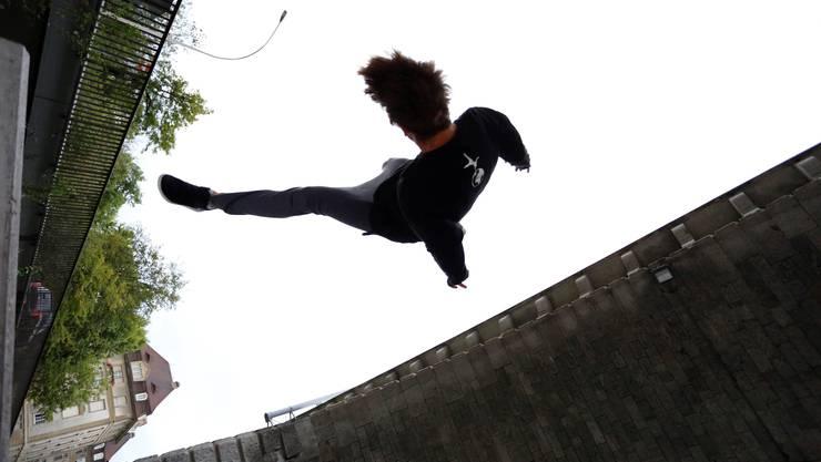 Chris Harmat fliegt auch mit Gips durch die Luft. Dieses Bild entstand am Samstag vor der Preisverleihung.