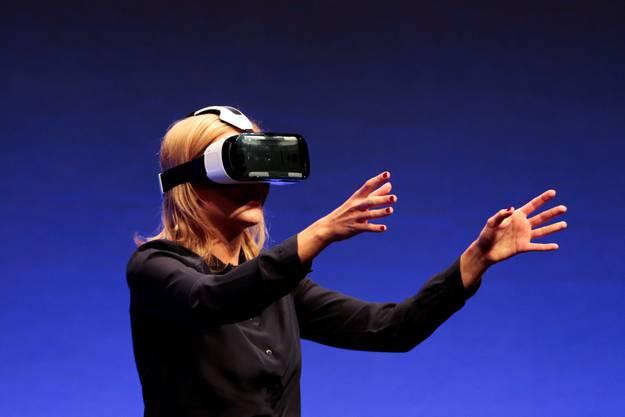 Mit der Brille Namens Gear VR von Samsung lässt sich in die virtuelle Welt eintauchen
