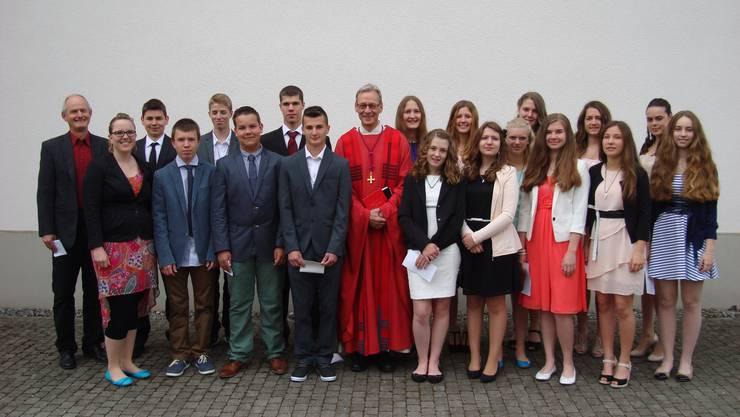 Die gefirmten Jugendlichen mit ihren Begleitpersonen und dem Firmspender Domherr Kurt Grüter