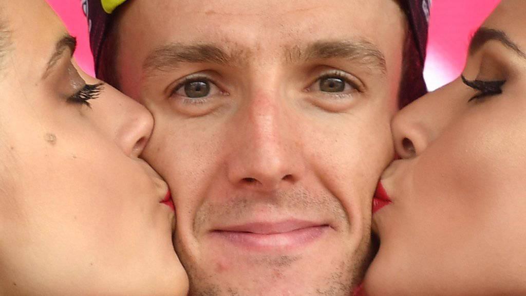 Küsschen für den souveränen Giro-Leader Simon Yates.