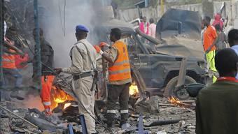 Somalische Sicherheitskräfte untersuchen den Tatort in Mogadischu.