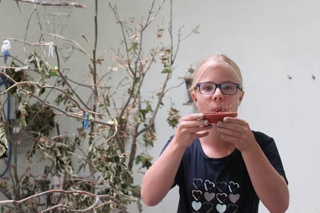 Die elfjährige Hannah pustete die leeren Körnerhüllen weg. Danach wusste sie, ob es noch mehr Futter brauchte.
