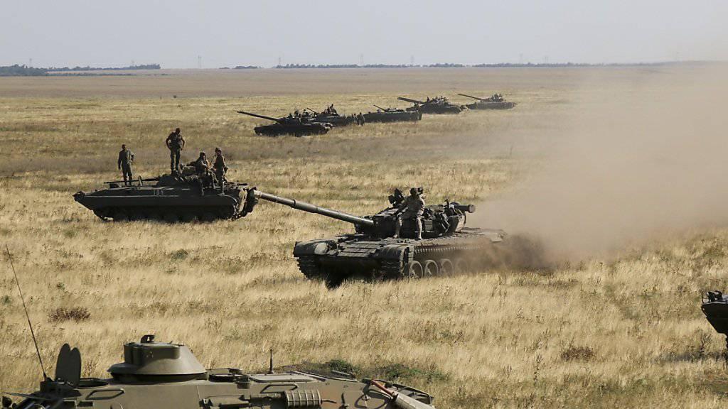 Ukrainische Panzer in der Nähe der annektierten Halbinsel Krim - eine russische Invasion in der Ostukraine droht laut den USA allerdings nicht. (Archivbild)
