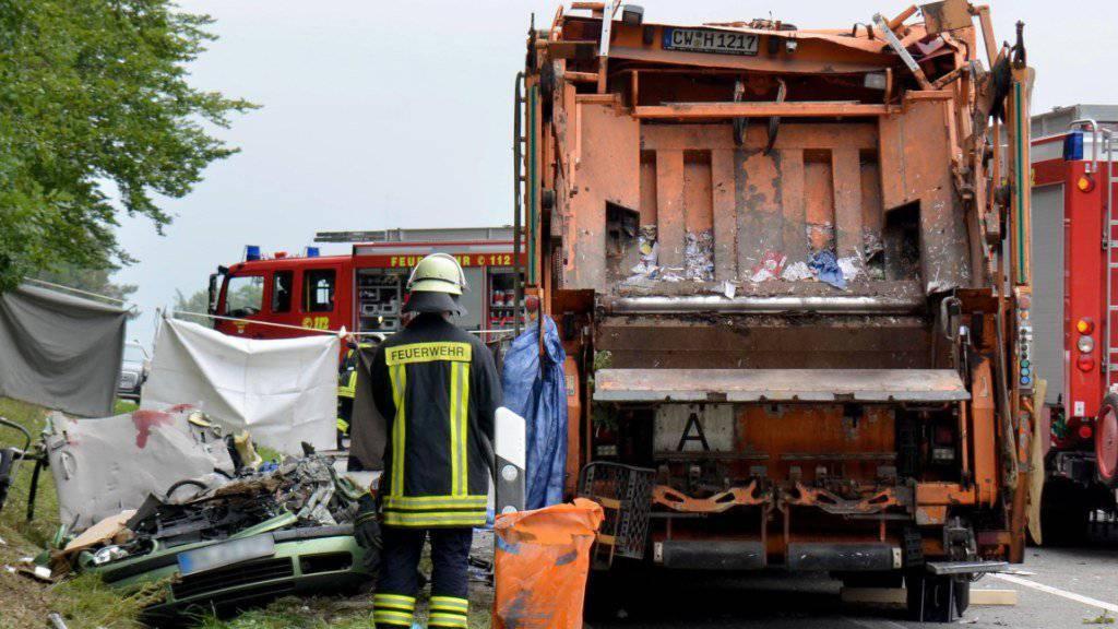 Arbeiten am Unfallort mit dem wieder aufgerichteten Müllwagen