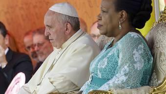 Papst Franziskus mit der Präsidentin der Zentralafrikanischen Republik, Catherine Samba-Panza, im Präsidentenpalast in Bangui.