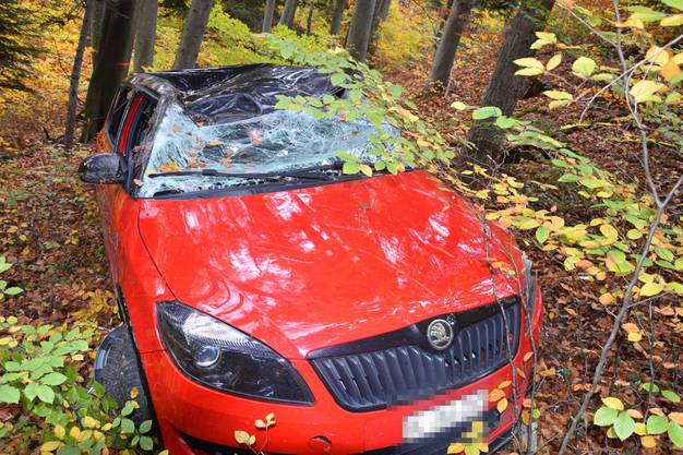 Dornach SO, 29.Oktober: Eine Autolenkerin verlor in einer Kurve die Kontrolle. Das Auto rutschte eine Böschung hinab und überschlug sich. Die Lenkerin wurde leicht verletzt.