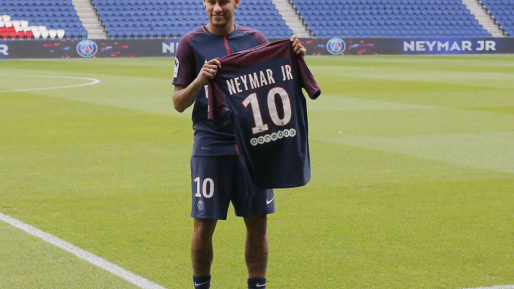 Die neuen T-Shirts vom Fussballklub Paris Saint-Germain des Fussballers Neymar verkaufen sich wie verrückt.