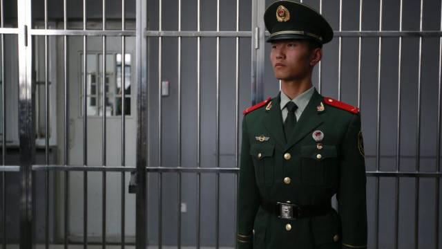 Ein Wächter in einer chinesischen Haftanstalt (Archiv)