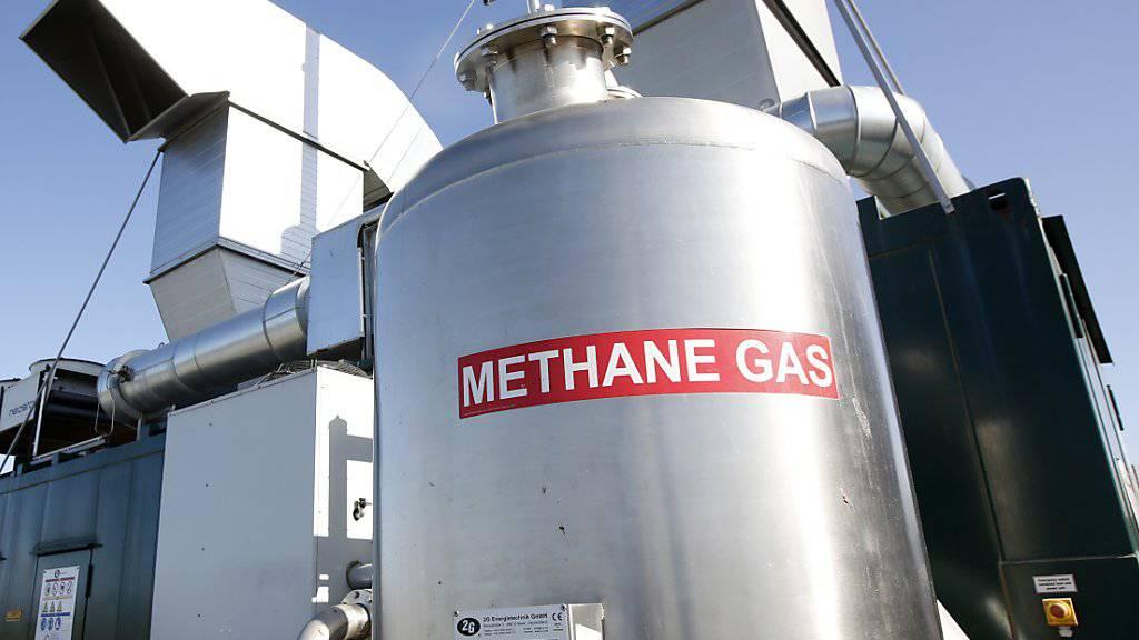 Ein Methan-Gas-Behälter fängt Gas auf, das auf einem Viehbetrieb in Kalifornien anfällt - Methan-Emissionen gefährden die Klimaziele. (Archivbild)