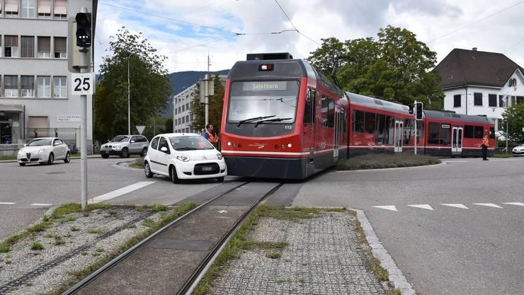 Solothurn, 31.August: Eine Autolenkerin übersah eine Zugskomposition im Kreisel. Es kam zur Kollision. Niemand wurde verletzt.