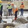 In der Baugrube wird die Zeitkapsel vergraben.