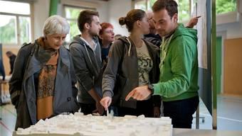 Was ist wo? Besucher der Orientierungsveranstaltung gleichen eins der drei Modelle mit den entsprechenden Plänen ab.