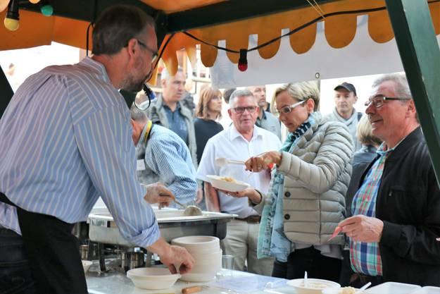 Die Oetwiler Gemeindepräsidentin Rahel von Planta (FDP) und Gemeinderat Enrico Frei (SVP) bedienen sich am Risotto-Stand.