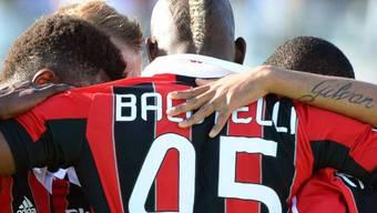 Milans Mario Balotelli lässt sich als Doppeltorschütze feiern.