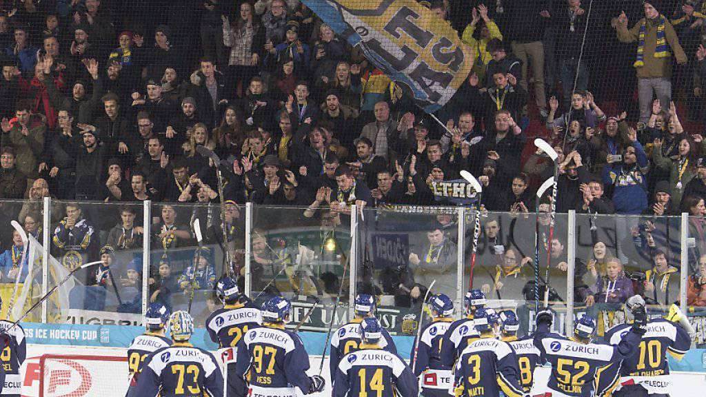 Derbysieg: Langenthals Spieler bedanken sich beim Anhang. (Archivbild)