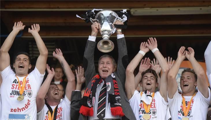 Es gab auch bessere Zeiten: Davide Callà (l.) und Präsident Alfred Schmid feiern 2013 den FCA-Aufstieg in die Super League.