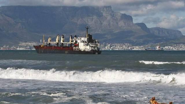 """Der gestrandete Frachter """"Seli 1"""" vor Kapstadts Küste am 9. September 2009 (Archiv)"""