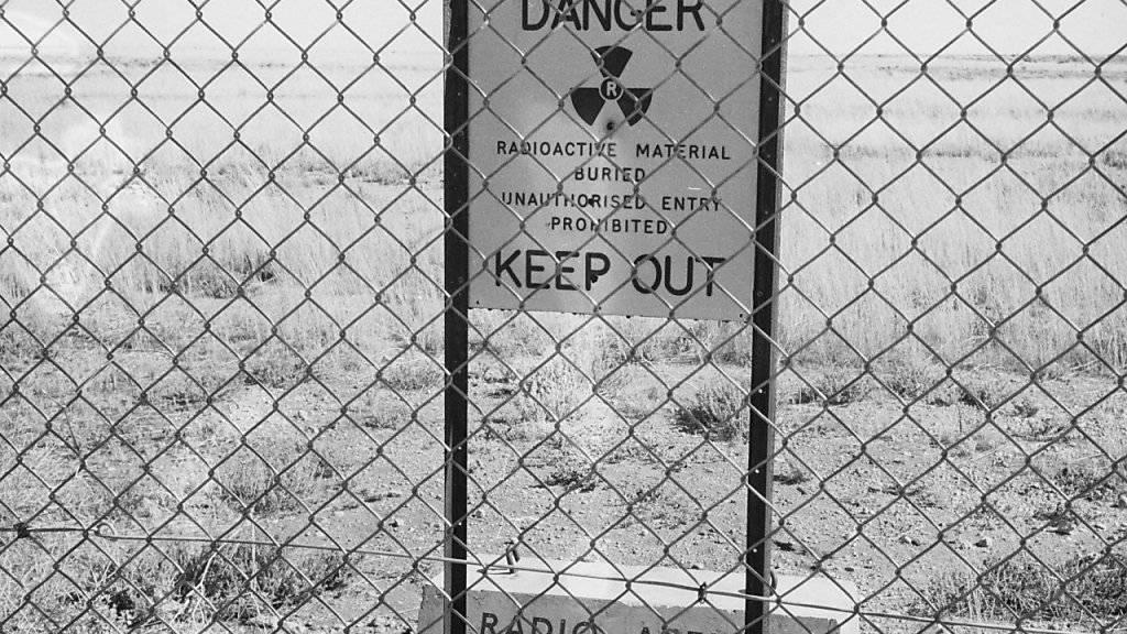 Ein Schild warnt vor Radioaktivität auf einem ehemaligen britischen Atombomben-Testgelände in Australien. (Archiv)