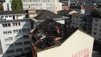 Von der Feuerwehrleiter aus zeigt sich der Schaden nach dem Brand im Hotel Passage in Grenchen