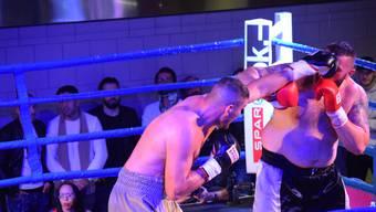 Obwohl deutlich leichter, kann Arnold «The Cobra» Gjergjaj seinen Gegner Mirko Tintor besiegen.
