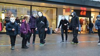 Das Kinder- und Jugendtheater Turgi warb in der Badstrasse für ein Ja. Stefanie Suter