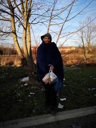 Dieser Mann schläft im Freien. Das Team von «Help Now» hat Lebensmittel und einen Schlafsack gespendet.