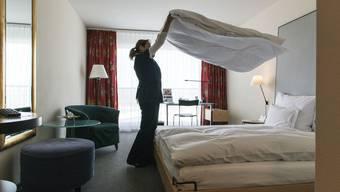 Der Betrieb von Gastrosuisse-Präsident Casimir Platzer musste bei der Suche nach einem Zimmermädchen 17 Tage warten, bis die Eingabe vom RAV bestätigt wurde. (Symbolbild)
