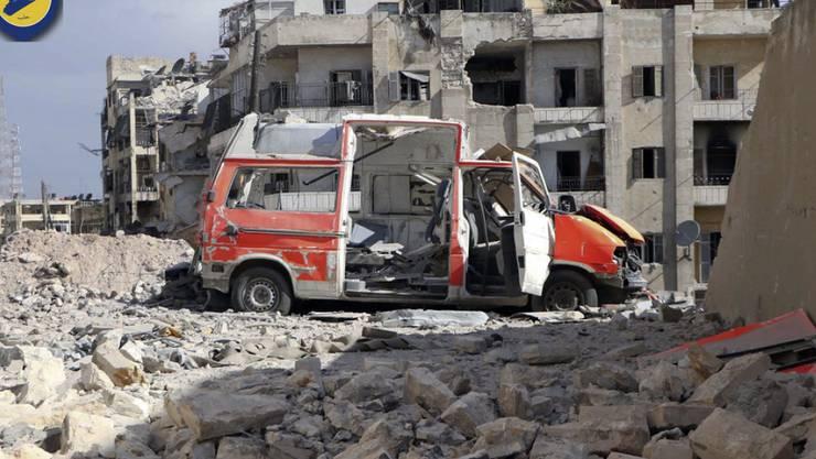 Zerstörtes Ambulanzfahrzeug vor zerstörten Gebäuden in Ost-Aleppo. (Archivbild)