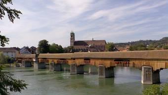 Ein Brand auf der gedeckten Holzbrücke zwischen Stein und Bad Säckingen würde vom Wasser und vom Ufer aus bekämpft.