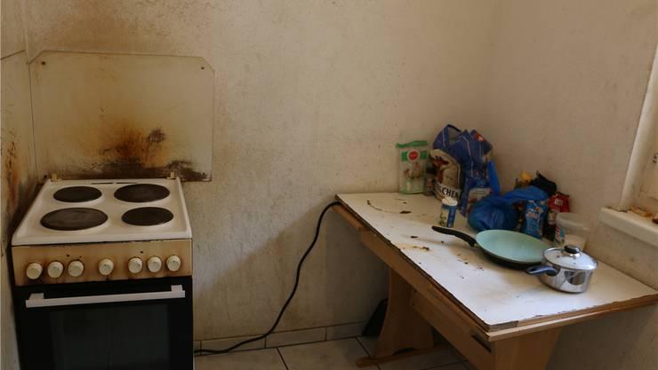 Die Wände in der Küche der Asylunterkunft sind stark beschädigt und renovierungsbedürftig.