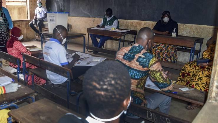 Wahlhelfer in Bamako warten auf die Wähler.