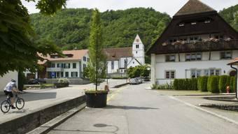 Das Dorf Egerkingen mit Dorfstrasse und Kirche (Archivbild)