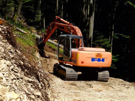 Für die Wegerschliessung arbeitet Forst Wald mit der Paul Fluri AG, die zeigen, wie sowas gemacht wird.