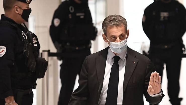Nicolas Sarkozy, ehemaliger Präsident von Frankreich, trifft zu einer Anhörung in einem Gerichtsgebäude ein. Foto: Stephane De Sakutin/AFP/dpa
