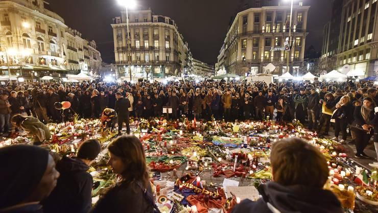 Am Mittwochabend versammelten sich Hunderte am Börsenplatz in Brüsse, um der Terroropfer zu gedenken.