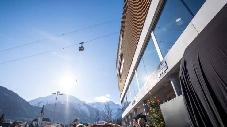 In Fiesch VS sind am Samstag eine neue 10er Seilbahn auf die Fiescheralp und ein neuer Bahnhof der Matterhorn Gotthard Bahn feierlich eingeweiht worden.