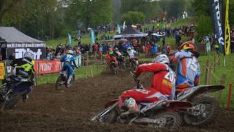 Harte Zweikämpfe um jeden dreckigen Meter: Die vom Regen der letzten Tage durchnässte Piste forderte von den Fahrern alles ab. Das Motocross Muri bot einem grossen Publikum spannende Rennen. ES