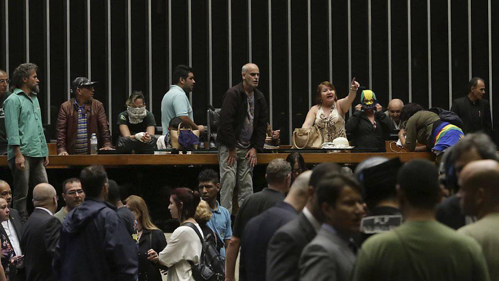 Rund 40 rechtsgerichtete Demonstranten drangen in das brasilianische Parlament ein. Sie forderten einen Militärputsch.