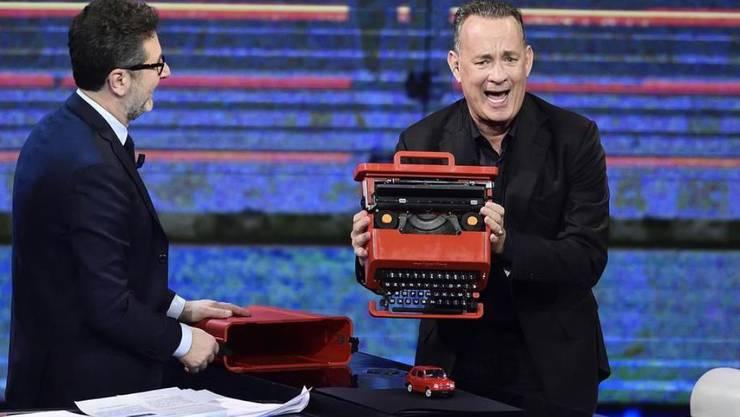 Tom Hanks (r) liebt mechanische Schreibmaschinen. In seinem soeben erschienenen ersten Buch spielen sie denn auch eine grosse Rolle. (Archivbild)