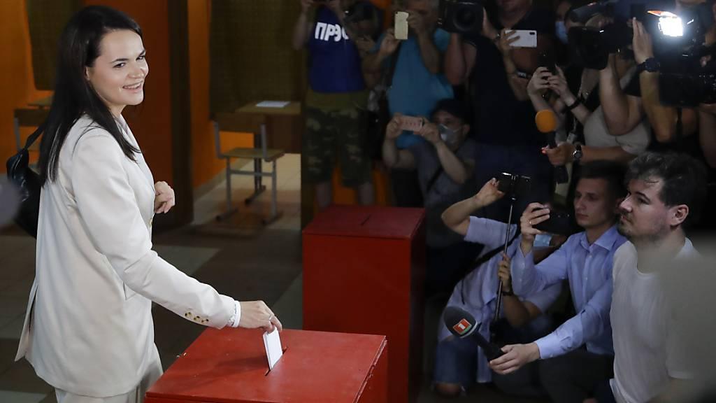 Kandidatin Swetlana Tichanowskaja gibt ihren Stimmzettel in einem Wahllokal in Minsk ab. Foto: Sergei Grits/AP/dpa