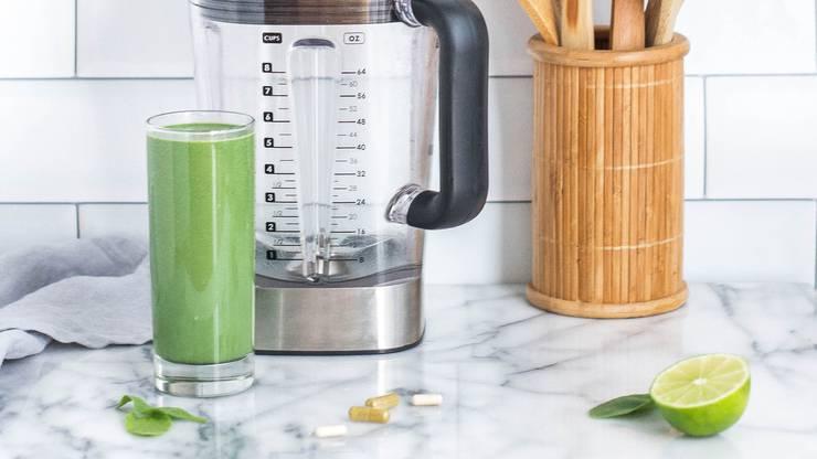 Grünes Blattgemüse ist reich an Carotinoiden und anderen wertvollen Antioxidantien. Ein Green Juice mit Spinat, Mangold oder Federkohl hilft euch durch die Heupfnüselzeit.