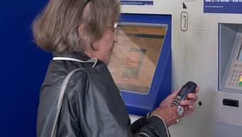 Gibt die SBB zu, dass ihre Ticketautomaten nicht benutzerfreundlich sind? In einem Pilotprojekt können unsichere Menschen per Handy im Callcenter anrufen und bekommen Soforthilfe auf ihrem Bildschirm.