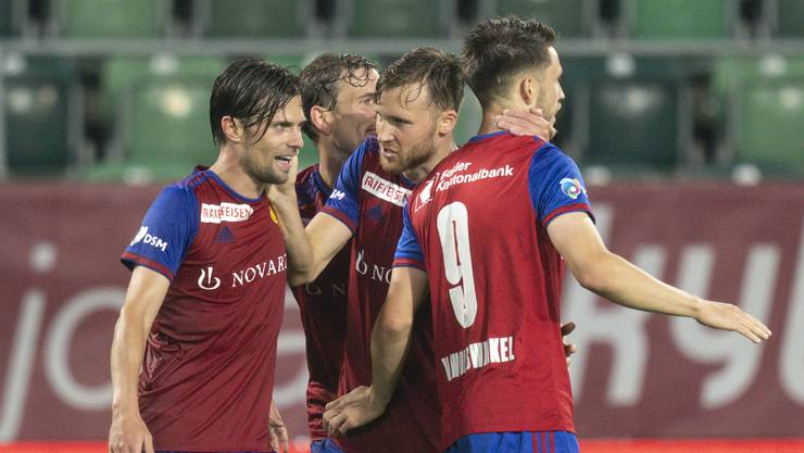 Valentin Stocker jubelt mit seinen Kollegen über seinen Treffer.