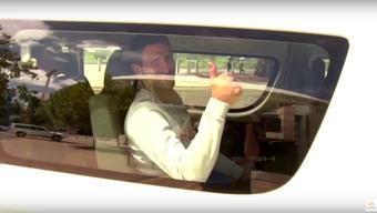 Novak Djokovic auf dem Weg zum Training. Ohne Maske.