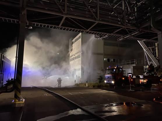 Pratteln BL, 28./29. Mai: In einer Chemiefirma geriet ein Elektrotableau in einem Produktionsgebäude in Brand. Eine Person wurde beim Brand verletzt.