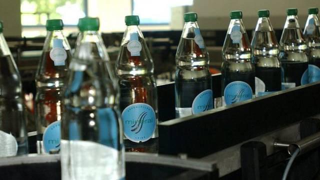 Frisch gefüllte und etikettierte Flauder-Flaschen in der Produktionshalle der Mineralquelle Gontenbad (Archiv)