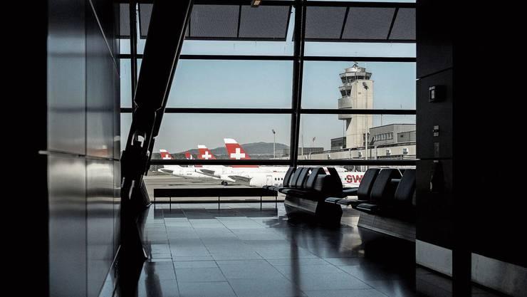 Ein grosser Teil der Swiss-Flotte muss derzeit am Boden bleiben: Blick aus dem menschenleeren Flughafen Zürich in Kloten.