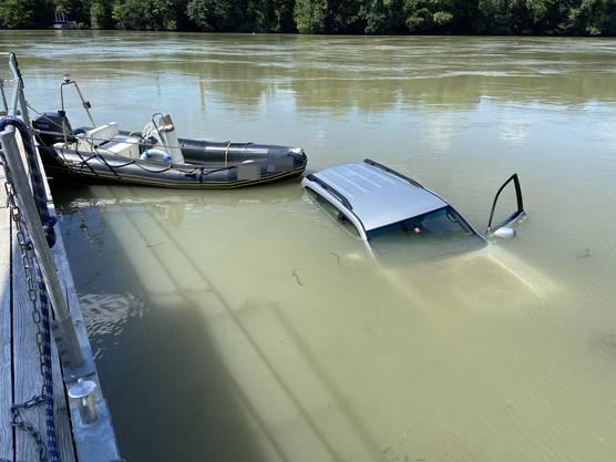 Laufenburg AG, 4.Juli: Beim Wassern des Bootes landet auch das Auto im Rhein.