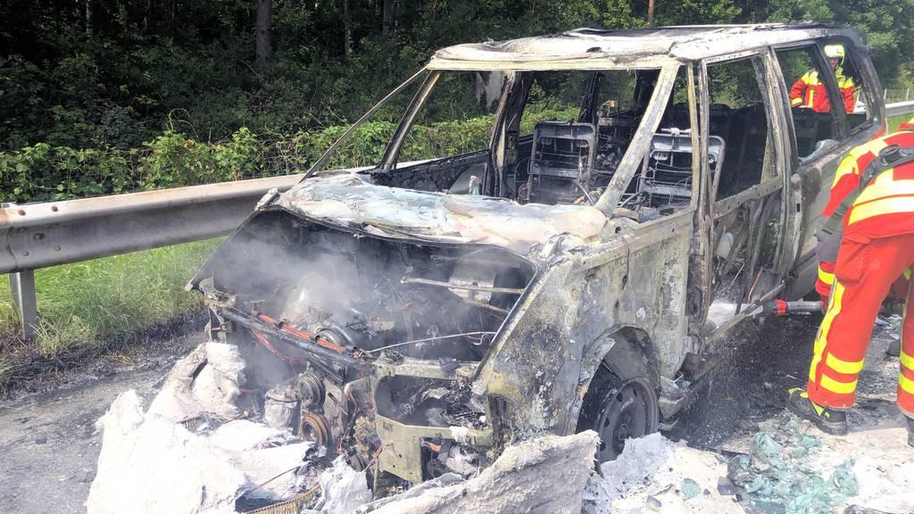Auto von 88-Jährigem brennt auf Autobahn komplett aus