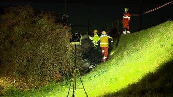 Am Dienstagnachmittag ereignete sich in Elgg (ZH) ein spektakulärer Verkehrsunfall. Ein 79-jähriger Autolenker kollidierte zuerst mit einem Taxi-Bus dann mit einer Strassentafel und landete schlussendlich auf einer höhergelegenen Gleisanlage der SBB. Der betagte Fahrer wurde beim Unfall leicht verletzt.